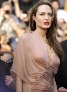 Angelina Jolie de vestido nude Versace