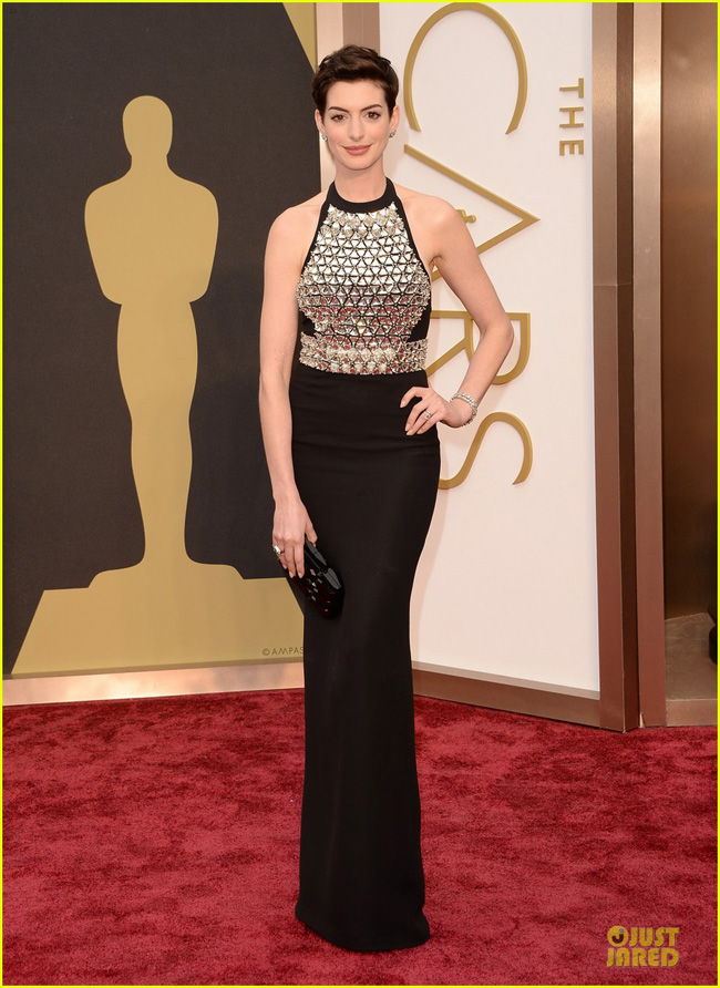 anne-hathaway-flashy-entrance-on-oscars-2014-red-carpet-01-1