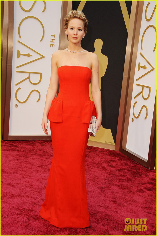 jennifer-lawrence-falls-on-oscars-red-carpet-2014-video-04-1