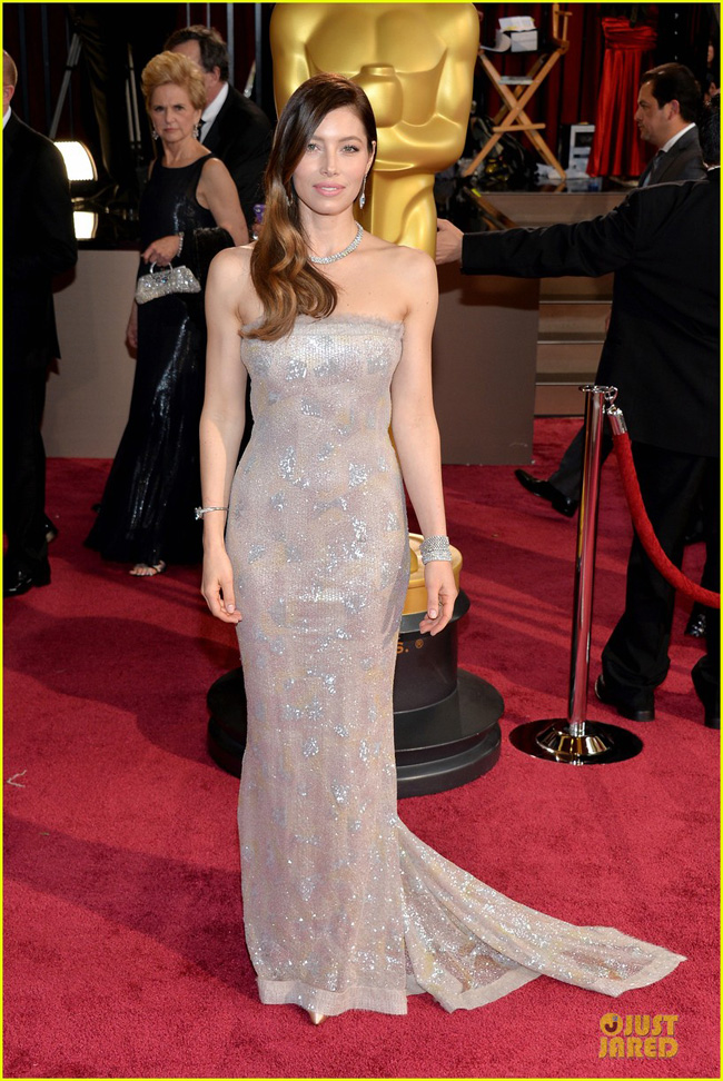 jessica-biel-is-a-metallic-stunner-on-oscars-2014-red-carpet-03