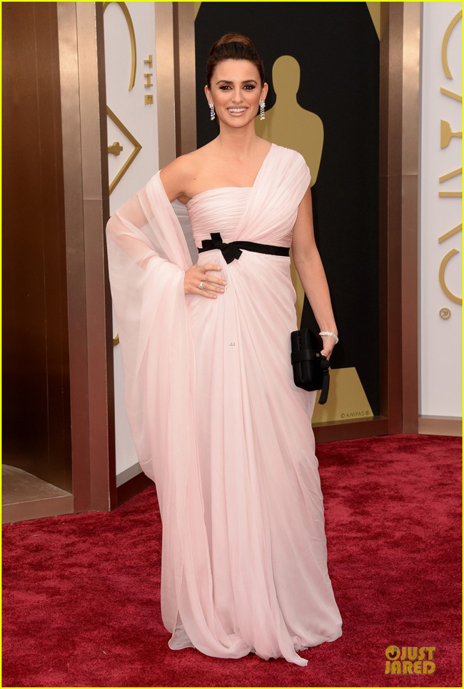 penelope-cruz-gorgeously-flows-on-oscars-2014-red-carpet-03-1