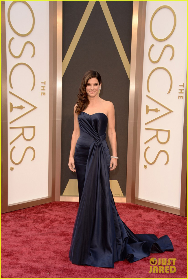 sandra-bullock-gravitates-to-the-oscars-2014-red-carpet-02-1