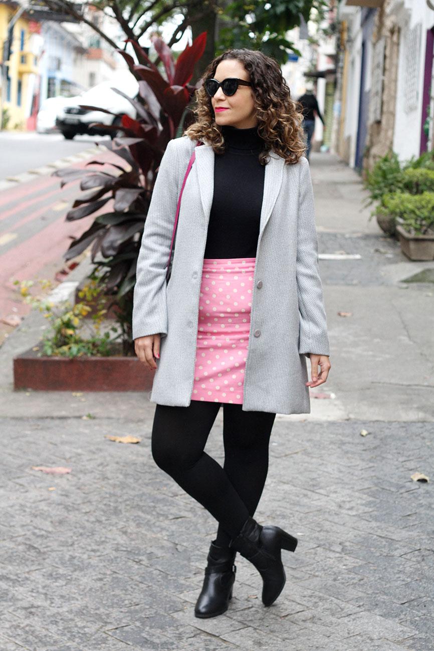 saia rosa de bolinhas casaco cinza