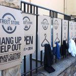 """Natal recebe edição da """"The Street Store"""", uma loja onde moradores de rua podem escolher roupas de graça"""
